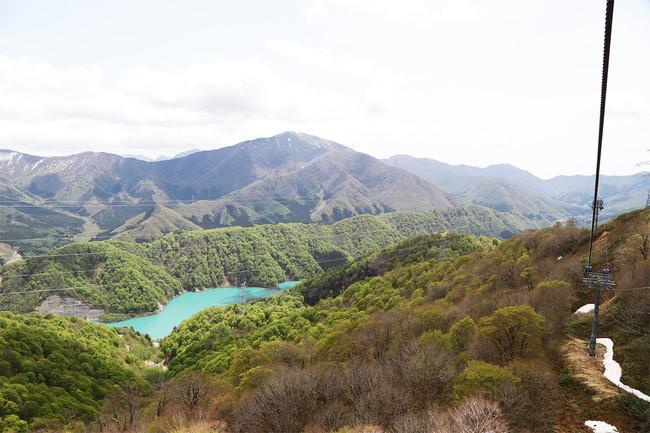 山頂付近より見ることのできる新緑と二居湖(ふたいこ)の様子