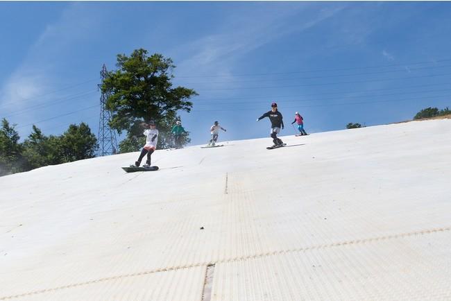 夏のスノーマットゲレンデ滑走(イメージ)