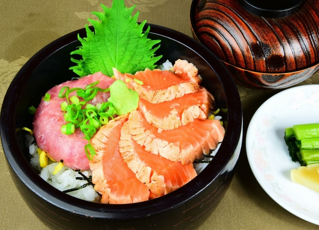 たたきサーモンと鮪のすきみ丼