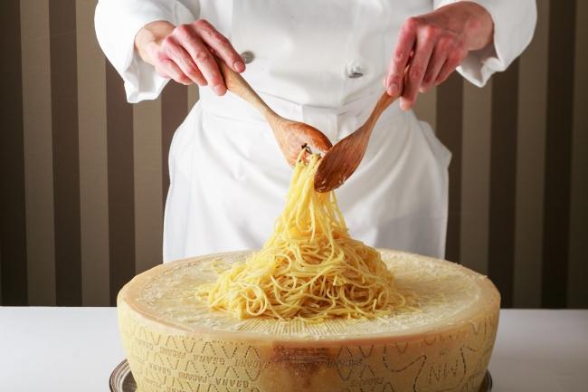 グラナパダーノチーズで仕上げるスパゲッティ