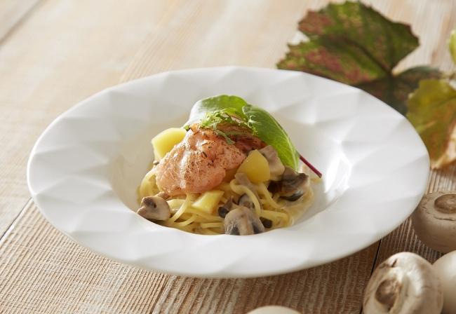 『スイーツ&ディナーブッフェ』のデモンストレーションで提供する、  炙りサーモンと栗のクリームスパゲッティ