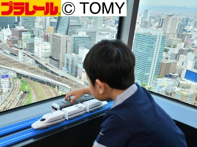 リアル鉄道ジオラマを眼下にプラレールで遊べます