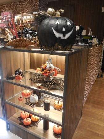 かぼちゃのお化けたちが、現在開催中のスイーツフェア店頭入り口でお出迎え