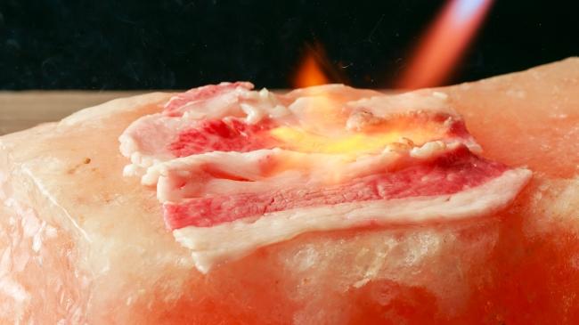 ケッヘル 炭火のバーナーで炙った黒牛を鹿児島のポン酢で