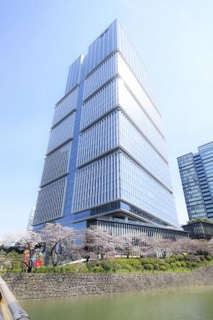 弁慶濠の桜とザ・プリンスギャラリー 東京紀尾井町外観