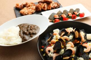 【黒食材を使用した黒メニュー】魚介入り竹炭パエリア