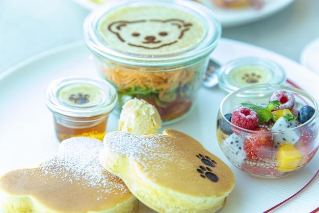 インルームダイニングでご用意するパンケーキやフルーツの朝食プレート(イメージ)