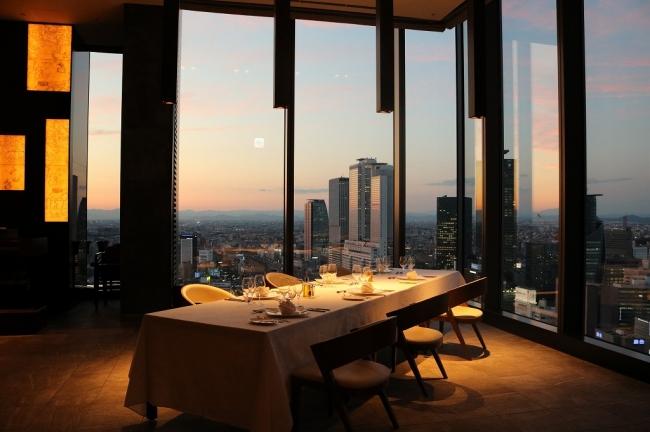 Sky Dining 天空で一番人気のコーナーの窓際席
