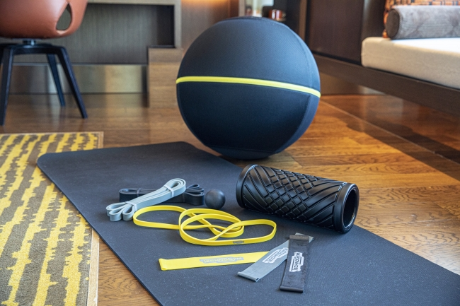 お部屋にご用意する「ウェルネスボール アクティブシッティング」とトレーニングキット「テクノジムケース」のストレッチバンドなどのトレーニングアイテム