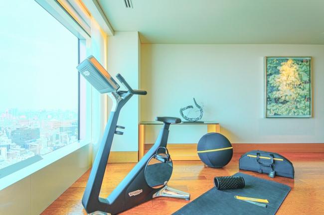 お部屋にバイクトレーニングマシン「バイクパーソナル」などのトレーニングアイテムを都心の眺望が広がる解放的なスペースにご用意いたします。