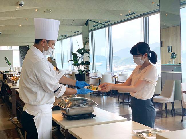 スタッフの取り分けによる料理提供(イメージ)