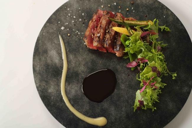 熟成肉のグリエ 兵庫県産野菜のサラダを添えて 赤ワインソース