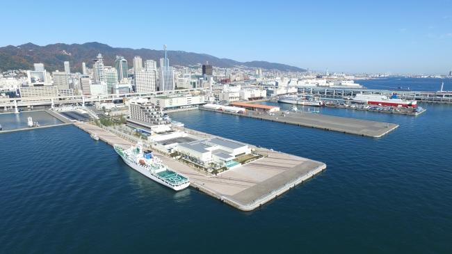 上空から見た神戸港。手前が新港第一突堤で、突堤の先端部の建物がラ・スイート神戸オーシャンズガーデン。