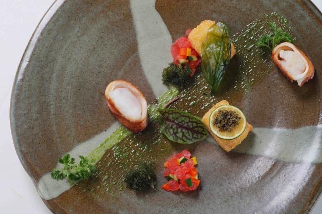 淡路島産鮮魚のベーコン巻きと兵庫県産川津海老のクロケット トマトのソースで