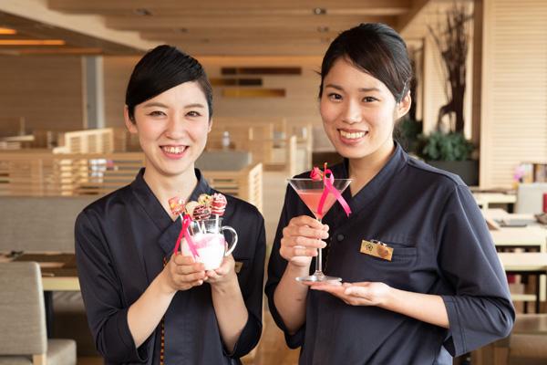 オリジナルのスイーツとカクテルをそれぞれ考案した料飲部の女性スタッフ、谷野瑞季さん(左)と小濱藍さん(右)