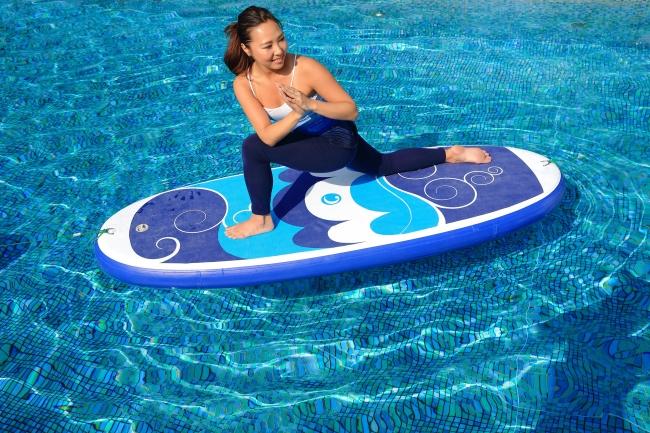 サーフボードのようなボードに載って楽しむ「SUPヨガ」