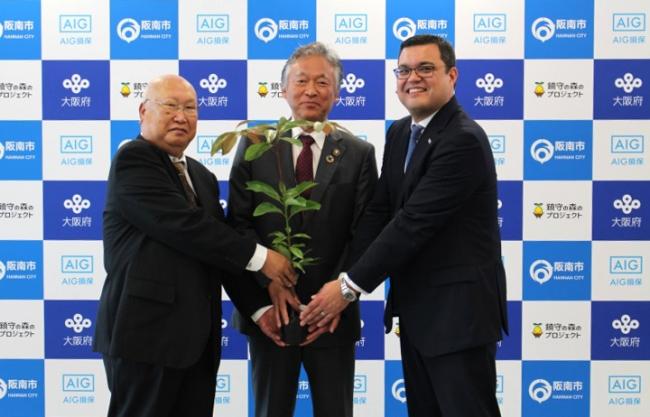 左から、鎮守の森プロジェクト事務局長 新川 眞 氏、阪南市長 水野 謙二 氏、 AIG損保 代表取締役社長 兼 CEO ケネス・ライリー