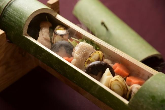 中央:野趣あふれる高千穂の郷土料理「かっぽ鶏」