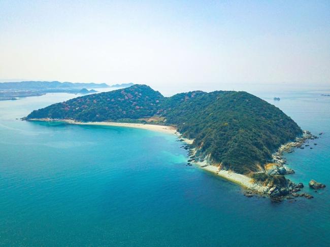 最寄駅から徒歩7分+港から船で約7分。アクセスに優れた無人島です