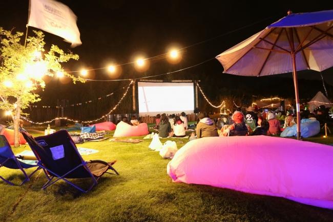 夜は巨大スクリーンに映し出される映画を楽しみましょう