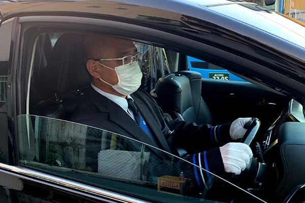 乗務員はマスク、手袋を着用