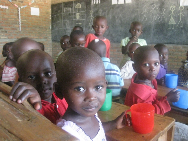 ルワンダ マヤンゲ村 幼稚園での給食の様子(c)TABLE FOR TWO