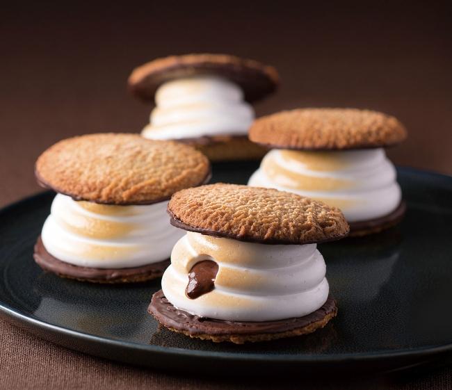 温めても冷やしてもおいしい!クッキーではさんだマシュマロの中にはとろけたチョコが。