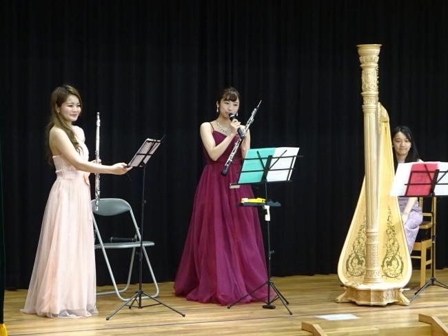 左から伊藤眞子さん(フルート)、山西由莉さん(オーボエ)、夛賀さくらさん(ハープ)