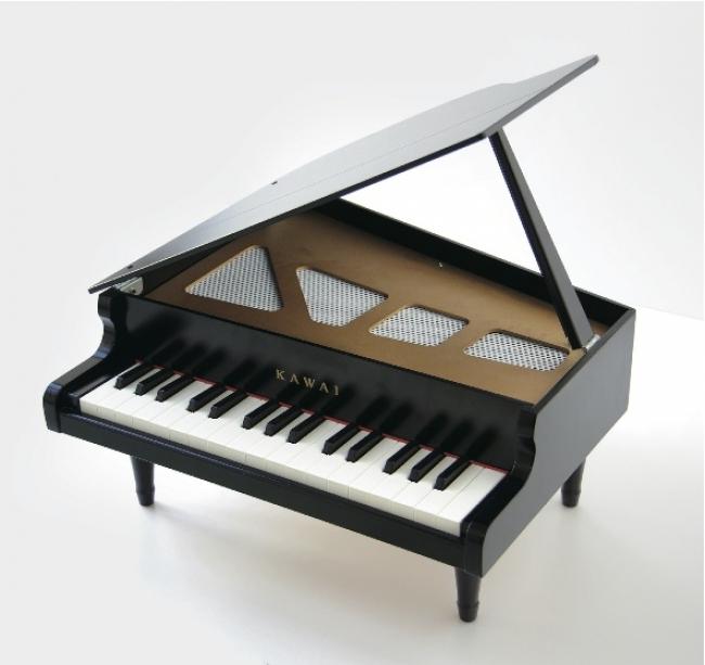 浜松の「KAWAI」が作る、高級感ただよう32鍵のグランドピアノ。18,480円。