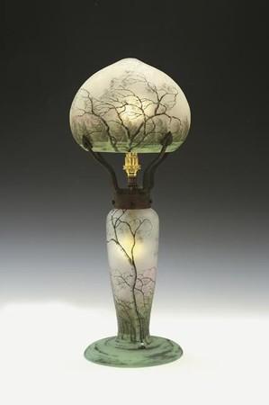 ドーム兄弟「風雨樹林文ランプ」高さ41.5cm、制作1900年頃、技法/酸化腐蝕彫刻、エナメル彩、ヴィトリフィカシヨン