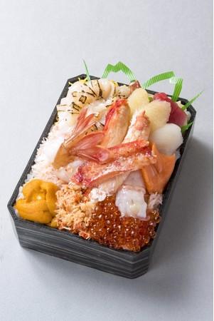 北海道産特大ホタテの炙りと四大ガニの 食べくらべプレミアム弁当(1折)税込2,484円