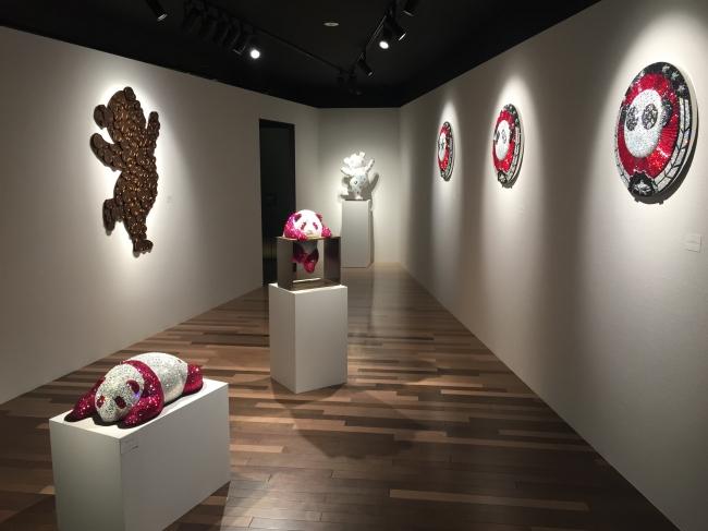 ほほえましいパンダをモチーフとしたアートが展示されるギャラリー内