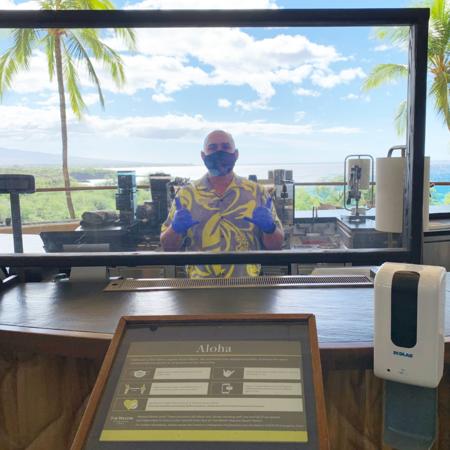 【個人用保護具の着用】ホテル従業員には、業務内容に基づき、ハワイ州ガイドラインに従った個人用保護具の着用を義務付けています。