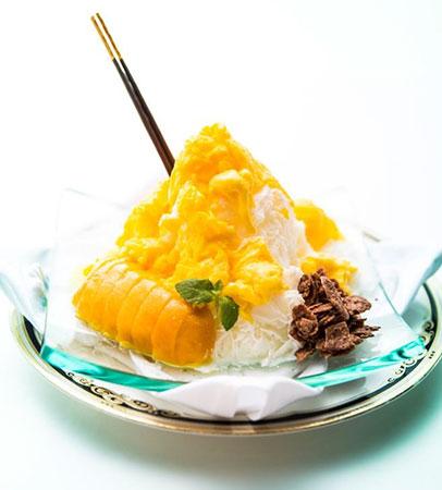 マンゴーの果肉とチョコフレークを 添えたちょっと贅沢な大人のかき氷!