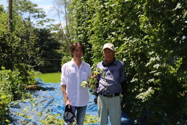 ホップ農家の浅川さん(右)と、サンクトガーレン岩本(左)