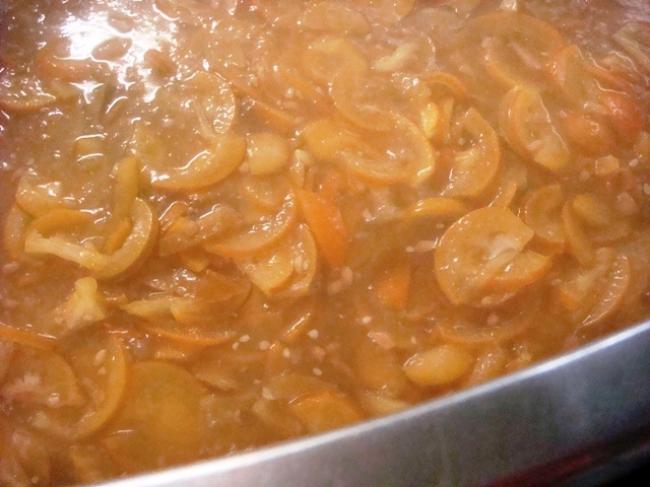 ビールには神奈川県足柄の橙オレンジを使用。マーマレードをつくるように刻んで、煮込んでからビールのベース麦汁に合わせています