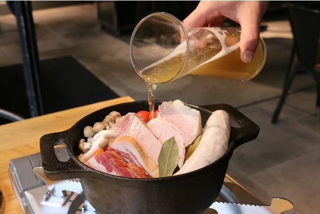 鍋にビールを注いでいるところ。具材の内容は日によって変わることがあります