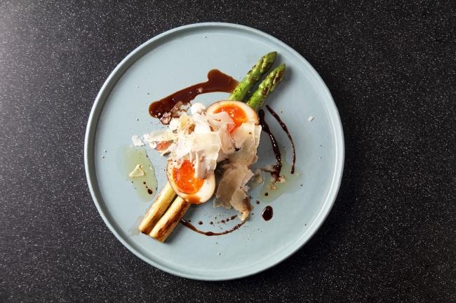グリーンアスパラのプランチャー 熊野養鶏『美豊卵』の半熟卵