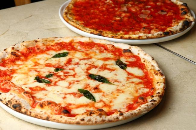 ナポリ伝統のピッツァ マルゲリータとマリナーラ(右)