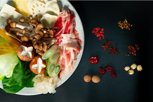 それぞれ10種類以上の薬膳食材を使用した2色の自家製スープ