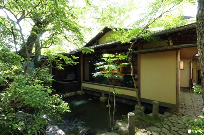 庭園の中に佇む1階の客室
