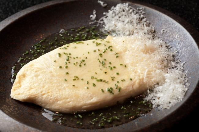 """""""米艶""""卵とカリフォルニア産ブラータチーズのホワイトオムレツ 透明なトマトのソース ¥1,680"""