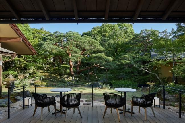 近代庭園の先駆者、七代目小川治兵衛が作庭した庭園と数寄屋作りの離れが見渡せる(Photo. Nacasa & Partners Inc.)