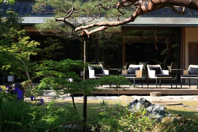お庭と一体化したテラス席