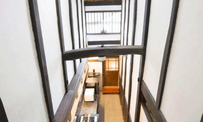 白虎邸は天井が高く、キッチンにはおくどさんがあります