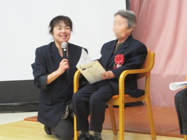 森夕子先生が、お一人づつに寄り添って通知表の授与をされます。