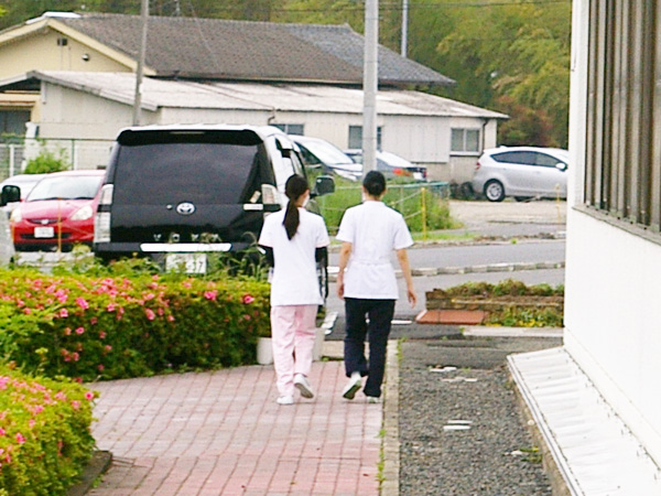 2人一組で、病院・施設の周りを捜索。