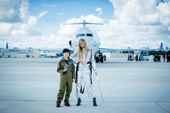 無重力飛行の航空機の前でカメラに向かって微笑む若井玲子さんとスタヴ ストラスコさん 提供元:Steve Boxell - ZERO-G
