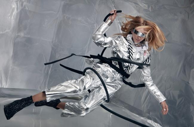 宇宙服姿で無重力空間に浮くスタヴ ストラスコ 提供:若井玲子×Wixドリームフォトキャンペーン