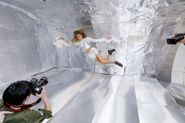 Wix写真コンテスト優勝者の若井玲子さんが無重力空間で銀の玉と共に宙に浮くスタヴ ストラスコを撮影する様子 提供元:Steve Boxell - ZERO-G
